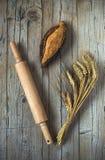 Pan en la tabla de madera vieja fotos de archivo