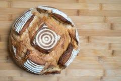 Pan en la tabla del bambo fotos de archivo
