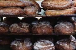 Pan en los estantes Estantes del pan en la panadería Foto de archivo