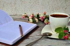 Pan en notitieboekje Een kop van koffie Royalty-vrije Stock Fotografie