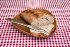Pan en placa de madera foto de archivo libre de regalías