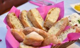 Pan en un cuenco en una tabla Fotografía de archivo libre de regalías