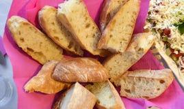 Pan en un cuenco en una tabla Imágenes de archivo libres de regalías