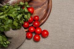 Pan en un tablero de madera con los tomates Foto de archivo libre de regalías