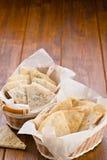 Pan en una tabla de madera en la cesta Foto de archivo libre de regalías