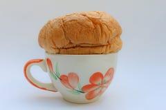Pan en una taza de café Fotografía de archivo