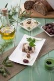 Pan entero del grano con Hummus Fotos de archivo libres de regalías