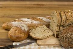Pan entero del grano en fondo de madera fotografía de archivo