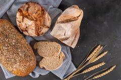 Pan fragante fresco en la tabla Concepto del alimento imagen de archivo libre de regalías