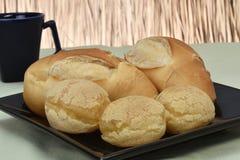 Pan francés asado sobre la salsa negra con la parte inferior de la paja fotos de archivo