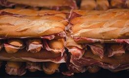 Pan francés con el jamon español Jamón español tradicional Partes finas del jamon de Iberico entre de dos piezas Foto de archivo