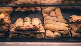 Pan francés con el jamon español Jamón español tradicional Partes finas del jamon de Iberico entre de dos piezas Imagen de archivo