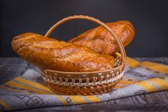 Pan francés en un fondo negro en una cesta Fotos de archivo libres de regalías
