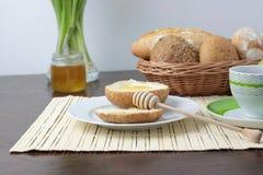 Pan fresco con la miel imagen de archivo