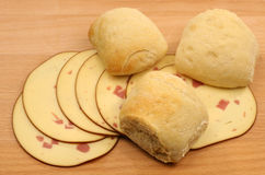 Pan fresco con las rebanadas de queso fumado fotografía de archivo