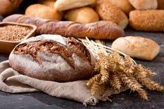 Pan fresco con los oídos del trigo Fotos de archivo