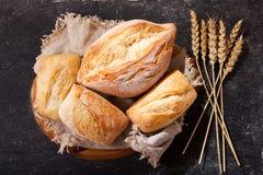 Pan fresco con los oídos del trigo, visión superior Imagen de archivo libre de regalías