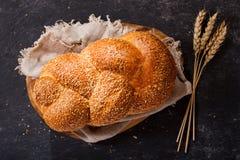 Pan fresco con los oídos del trigo, visión superior Foto de archivo libre de regalías