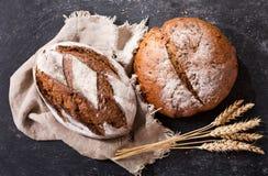 Pan fresco con los oídos del trigo, visión superior Foto de archivo