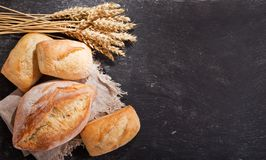 Pan fresco con los oídos del trigo, visión superior Fotografía de archivo libre de regalías