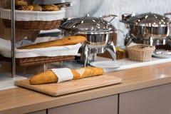 Pan fresco en cestas de mimbre Fotos de archivo