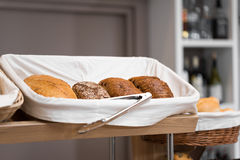 Pan fresco en cestas de mimbre Foto de archivo libre de regalías