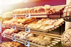 Pan fresco en estantes en panadería Foto de archivo