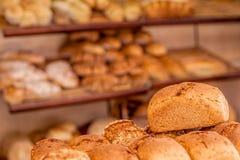 Pan fresco en la panadería Fotos de archivo libres de regalías