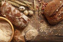 Pan fresco en la tabla del pueblo Ingredientes imágenes de archivo libres de regalías