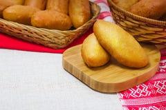 Pan fresco en una cesta foto de archivo