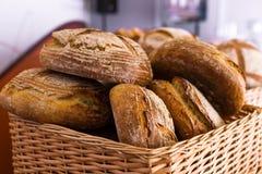 Pan fresco en una cesta Foto de archivo libre de regalías