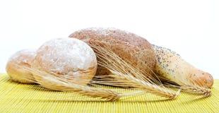 Pan fresco en una servilleta de bambú Imagen de archivo
