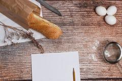 Pan fresco en una superficie de madera Foto de archivo libre de regalías