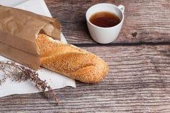 Pan fresco en una superficie de madera Fotografía de archivo