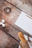 Pan fresco en una superficie de madera Imágenes de archivo libres de regalías