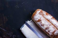 Pan fresco, hecho en casa con un cuchillo y una servilleta fotografía de archivo libre de regalías