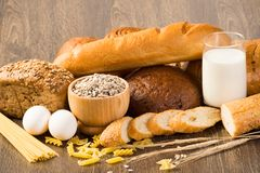 Pan fresco, huevos y vidrio de leche y de granos. Imagen de archivo