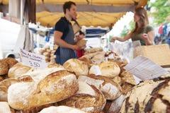 Pan fresco para la venta en parada del mercado imágenes de archivo libres de regalías