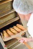 Pan fresco que viene hacia fuera horno fotos de archivo