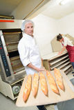 Pan fresco que viene hacia fuera horno foto de archivo