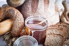 Pan fresco, rollos y miel Fotografía de archivo