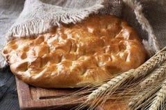 Pan fresco y centeno en el tablero de madera Imágenes de archivo libres de regalías