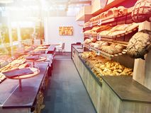 Pan fresco y pasteles en panadería Imágenes de archivo libres de regalías