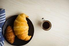Pan fresco y repostería y pastelería en tajar de madera foto de archivo