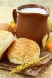 Pan fresco y un jarro de leche Imagen de archivo libre de regalías