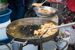 Pan-fried酥脆牡蛎在一个地方市场上在曼谷,泰国 免版税库存图片