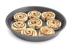 Pan Full de la pasta cruda del rollo de canela alista para ser cocinado imagenes de archivo