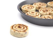 Pan Full de la pasta cruda del rollo de canela alista para ser cocinado fotos de archivo