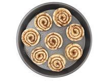 Pan Full della pasta non cotta del rotolo di cannella aspetta per essere cucinato immagine stock libera da diritti