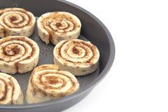 Pan Full della pasta non cotta del rotolo di cannella aspetta per essere cucinato fotografia stock libera da diritti